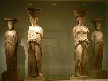 「アクロポリス博物館」内に保管されている「カルアティディス」